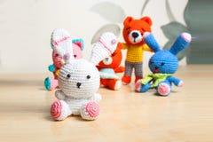 Gato hecho punto del juguete, oso, conejo, liebre, hecha a mano Foto de archivo