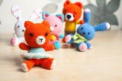 Gato hecho punto del juguete, oso, conejo, liebre, hecha a mano Imagenes de archivo