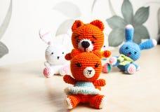 Gato hecho punto del juguete, oso, conejo, liebre, hecha a mano Fotos de archivo