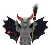 Gato lindo de Halloween en traje del diablo del palo con la escoba - aislada en blanco Fotografía de archivo libre de regalías