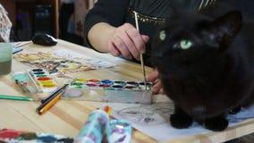Gato negro en el escritorio del artista