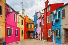 Gato no pátio colorido no Burano, Veneza, Itália Fotos de Stock Royalty Free