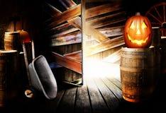 Gato-o-linterna de Víspera de Todos los Santos en granero imagen de archivo