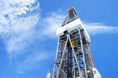 Gato para arriba la torre de perforación de la plataforma de perforación en día asoleado Fotografía de archivo libre de regalías