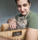 Gato rescatado tenencia del hombre en caja Imagenes de archivo
