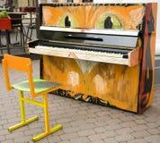 Gato velho engraçado do piano na rua Imagem de Stock Royalty Free