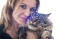 Gato y mujer de coon de Maine Foto de archivo