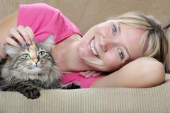 Gato y mujer en el sofá Fotografía de archivo libre de regalías