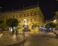 Gator av den forntida staden av akkoen på natten israel Arkivfoto