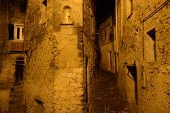 Gator av den gammala townen på natten Arkivfoton