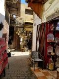 Gator av Fez eller Fes Medina - souks arkivbilder