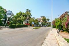 Gator av hotellet i byn av Camyuva arkivbild