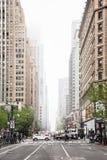 Gator av Manhattan på en dimmig dag Arkivfoton