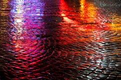 Gator efter regn med reflexioner av ljus på den våta körbanan Arkivfoton