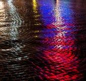 Gator efter regn med reflexioner av ljus på den våta körbanan Royaltyfri Fotografi