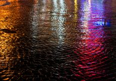Gator efter regn med reflexioner av ljus på den våta körbanan Royaltyfria Bilder
