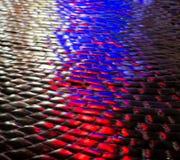 Gator efter regn med reflexioner av ljus på den våta körbanan Royaltyfri Foto