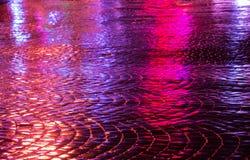 Gator efter regn med reflexioner av ljus på den våta körbanan Royaltyfri Bild
