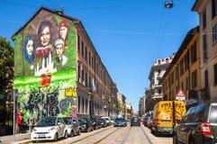 Gator för Milano ` s med grafitti på huset Royaltyfri Bild