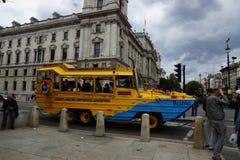 Gator i London, den beatrice taxin gillar ett fartyg Fotografering för Bildbyråer