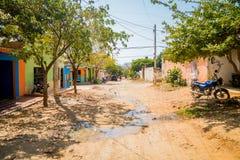 Gator i staden av Tanganga sätter på land, Santa Marta Arkivbilder