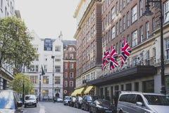 Gator med historiska byggnader i Mayfair, en biflod är av royaltyfri fotografi