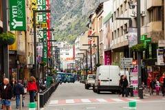 Gator med shoppar i Andorra la Vella Royaltyfri Bild
