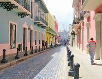 Gator och arkitektur av San Juan, Puerto Rico- mars 9, 2017 - folk som går kullerstengatorna av San Juan, Puerto Rico Royaltyfri Bild
