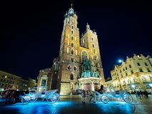 Gator och byggnader av den huvudsakliga fyrkanten Krakow för gammal stad, Polen royaltyfri foto