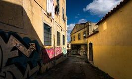 Gator och fyrkanter av gamla Lissabon portugal royaltyfria foton