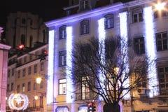 Gator och fyrkanter som är upplysta på jul i Lissabon Fotografering för Bildbyråer