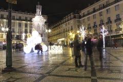 Gator och fyrkanter som är upplysta på jul i Lissabon Arkivfoton