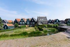 Gator och hus av Marken, Nederländerna, Europa Gröna trädgårdar och blå himmel på en solig dag arkivbild