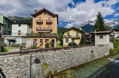 Gator och hus i bergstaden av den alpina Italienare Ponte di Legno regionen Lombaridya Brescia, nordliga Italien Arkivfoto