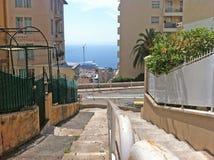 Gator och hus i forntida Monaco royaltyfri fotografi