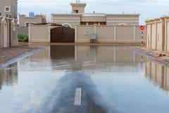 Gator som översvämmas i Förenadeen Arabemiraten efter ett häftigt regn arkivfoton
