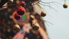 Gator som dekoreras fullständigt för jul med röda och guldbollar Julgran i staden Hus som är upplyst med mycket arkivfilmer