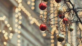 Gator som dekoreras fullständigt för jul med röda och guldbollar Julgran i staden Hus som är upplyst med mycket lager videofilmer