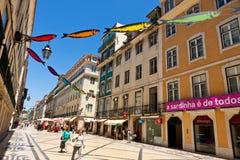 Gator som dekoreras med sardiner under den Lissabon festivalen Arkivfoto