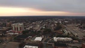 Gator, trafik och i stadens centrum för Raleigh NC flyg- videopp stad arkivfilmer