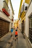 Gatorna av Cordoba - Spanien arkivfoton