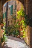 Gatorna av den gamla italienska staden av Siena Royaltyfri Fotografi
