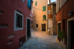 Gatorna av den gamla staden av Porec croatia arkivfoton