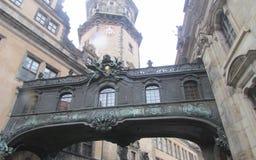 Gatorna av gamla Dresden i centret, Tyskland Övergången från byggnad till byggande royaltyfri fotografi