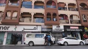 Gatorna av gamla Dubai: Den bostads- fjärdedelen, folket i dagligt slagsmål, hus, linne på loggiorna, shoppar och shoppar arkivfilmer