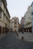 Gatorna av gamla Prague. Souvenir shoppar. Royaltyfri Foto