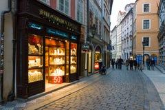 Gatorna av gamla Prague. Souvenir shoppar Royaltyfri Fotografi