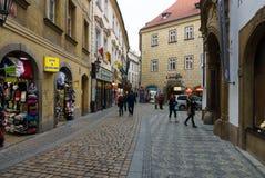 Gatorna av gamla Prague. Souvenir shoppar Arkivfoto
