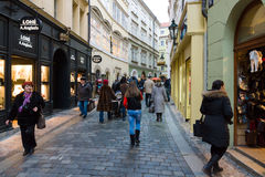 Gatorna av gamla Prague. Souvenir shoppar Royaltyfria Bilder