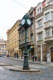 Gatorna av gamla Prague. Stadklockan på polen. Tvärgator. fotografering för bildbyråer